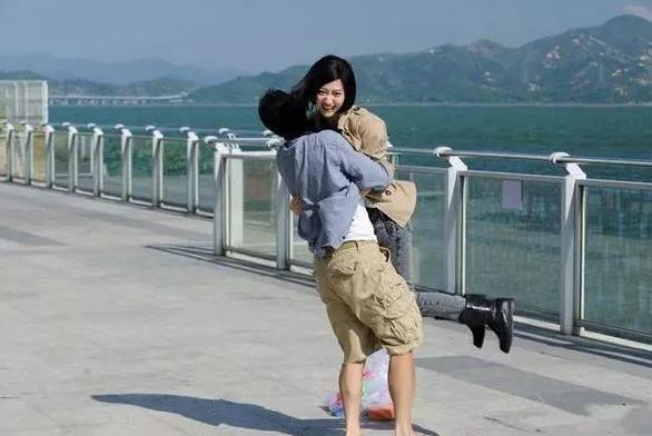 當年在香港拍打戲破相, 沒市場後轉內地, 娶小11歲老婆後成這樣-圖1