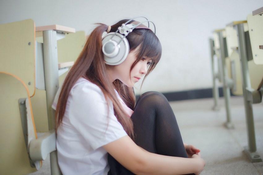 为什么日本女孩穿上校服短裙, 一定要穿上过膝袜? 这样真的显腿长? 4