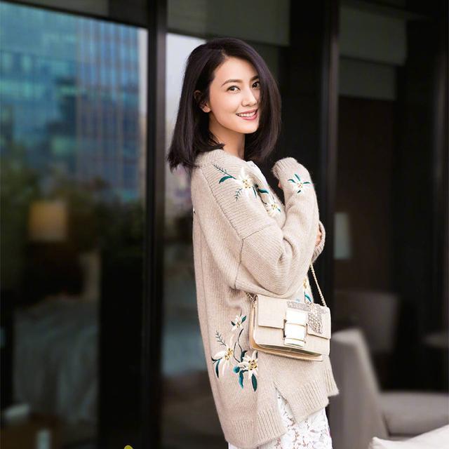 女人尽量别穿俗气的毛衣, 学学高圆圆、杨幂这样穿, 真的美翻了 4