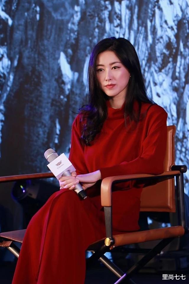 朱珠也太瘦瞭, 一襲紅裙同框周一圍現身活動, 蠻腰和頭基本同寬-圖2