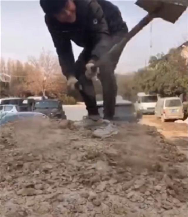牧馬人越野回來, 全車滿泥濘, 洗車店不願洗, 車主隻能用鐵鍬清理-圖2