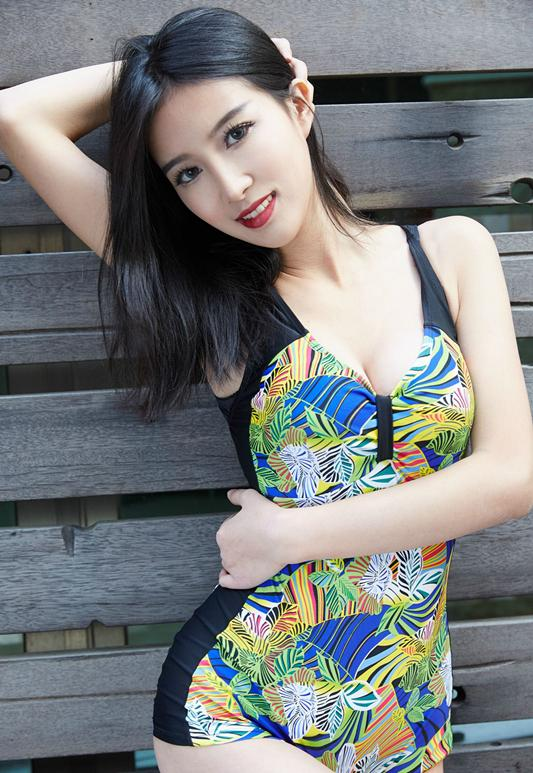 不妨实话说姑娘看到你就像看到了热带 时尚泳衣秀出美丽大长腿 1