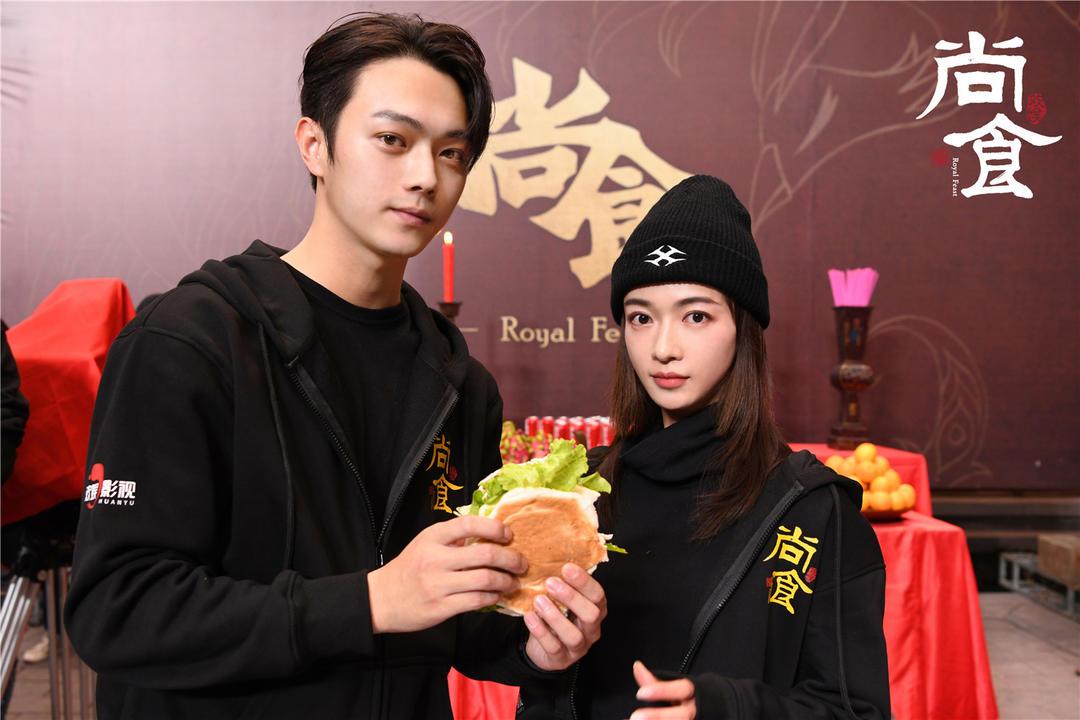 於正新劇《尚食》開機 許凱吳謹言互喂漢堡發糖-圖6