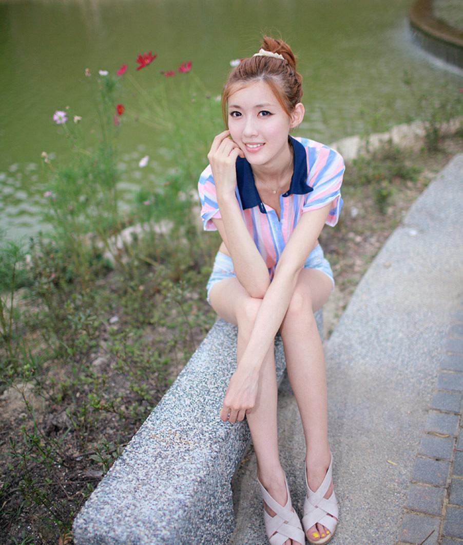 美女短裤大秀美腿, 妙曼身材藏不住妹子的诱惑