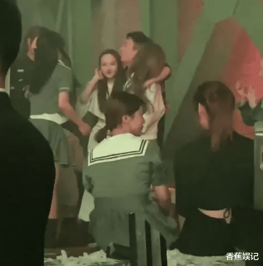 王思聰夜店被拍,兩位美女一位懷中很滿足,隻是顏值有點差?-圖5