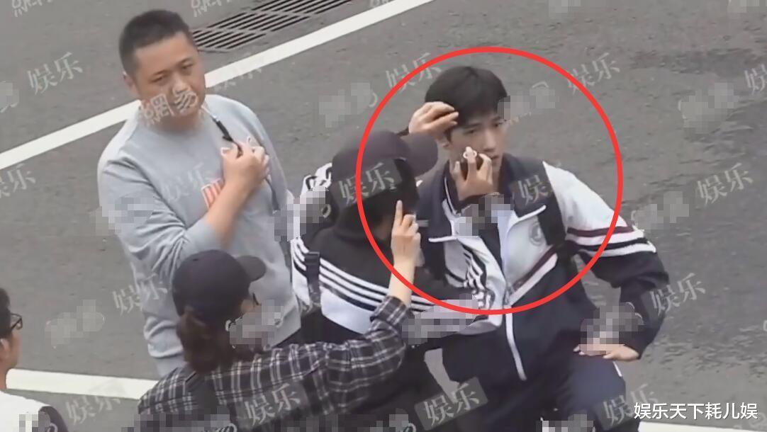《榮耀》校服路透, 楊洋中學生嫩過肖奈, 騎自行車時註意迪麗熱巴看他的眼神-圖3