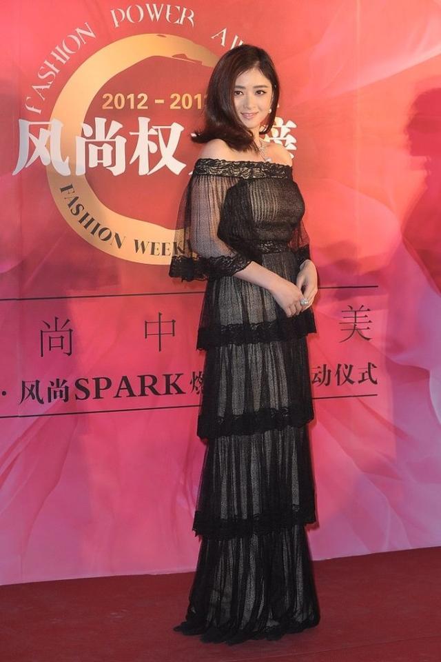 蔣欣的身材太招人喜歡瞭, 雖然看著肉嘟嘟的, 穿緊身裙卻很有魅力-圖1