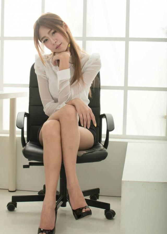 包臀裙的魅力就在于可以修饰腿型, 而且紧紧包裹着腰身 4