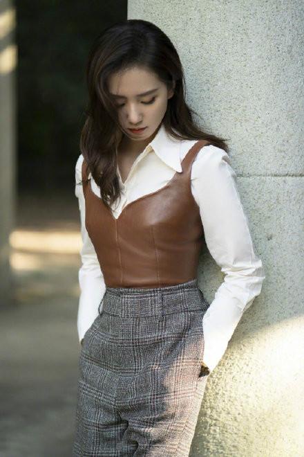 路人鏡頭下的劉詩詩, 白襯衫疊穿皮馬甲, 氣質優雅誰見瞭不喜歡-圖5