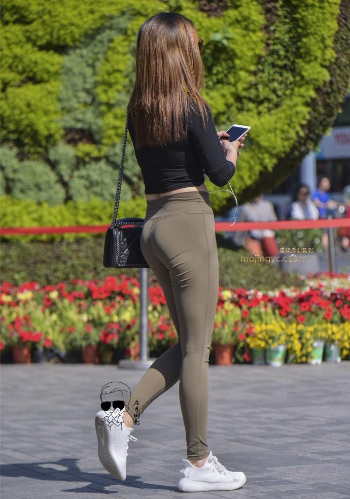 路人街拍: 运动裤美女, 显完美身材