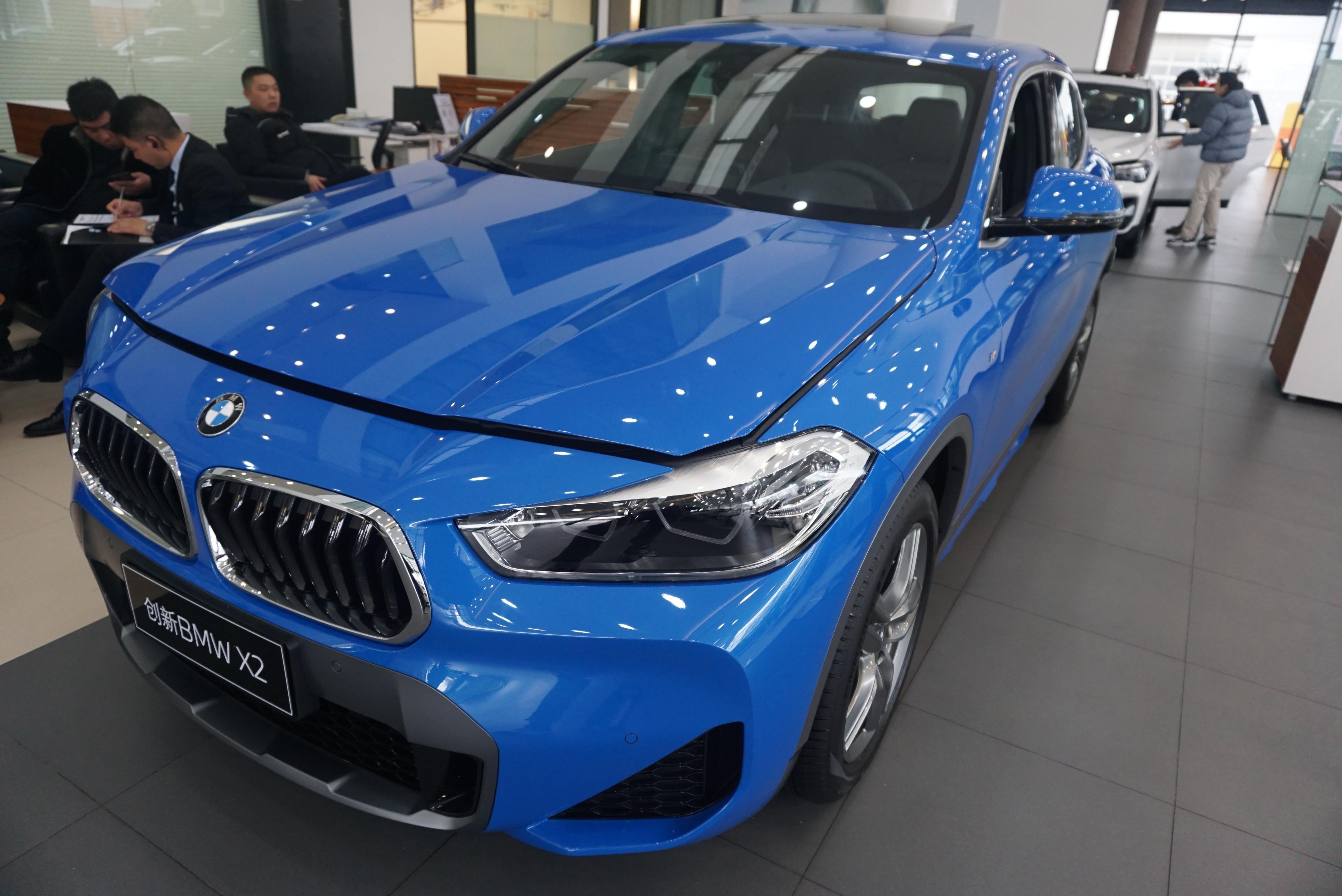 到店實拍新款寶馬X2,藍色很帥氣,入門配倒車影像+電動後備箱-圖2