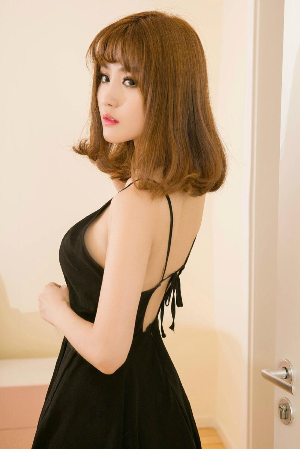 黑色的吊带裙, 诠释出的是美女妩媚的风情 1
