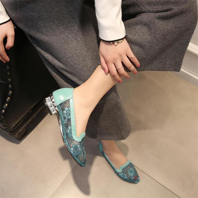 41岁马伊琍现身机场, 打扮得比子君还精致, 脚上的瓢鞋更是好看 15