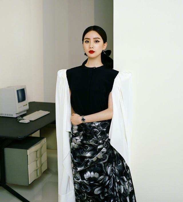 劉詩詩終於換造型瞭, 淺色襯衫搭配束腰長褲, 氣質也太颯瞭-圖7