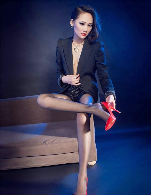 鲜艳的红色高跟鞋搭配超薄黑丝, 冷艳御姐坐姿霸气不输男人 2