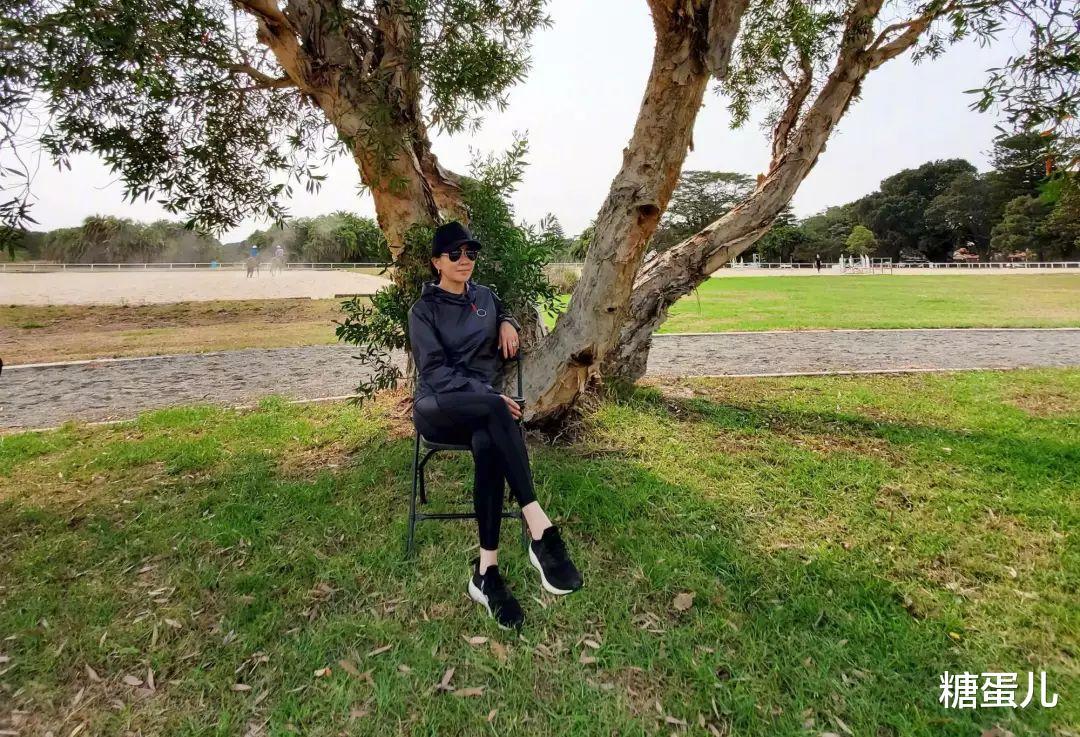 劉嘉玲曬騎車照, 55歲的素顏幹黃憔悴, 穿健身褲連臀型也不遮!-圖7