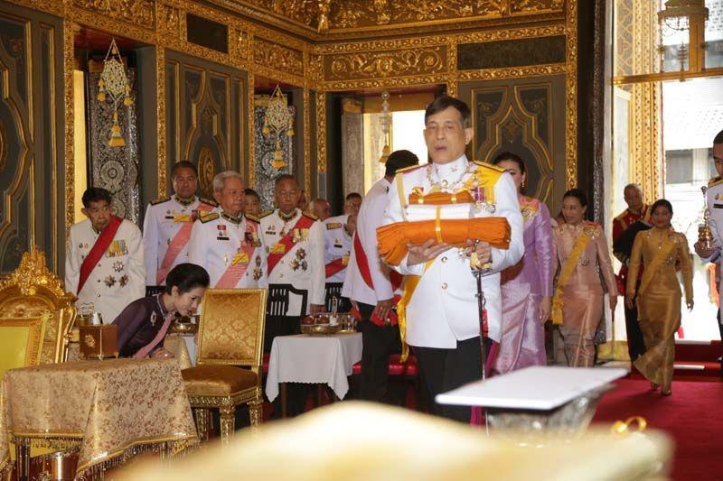 泰國被廢王妃出獄後首次公開露面,優雅大方全程低調,與王後同行無交流-圖5