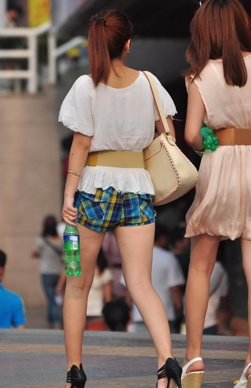 路人街拍, 年轻美眉打扮时尚喝汽水逛街, 虽有婴儿肥但照样迷人
