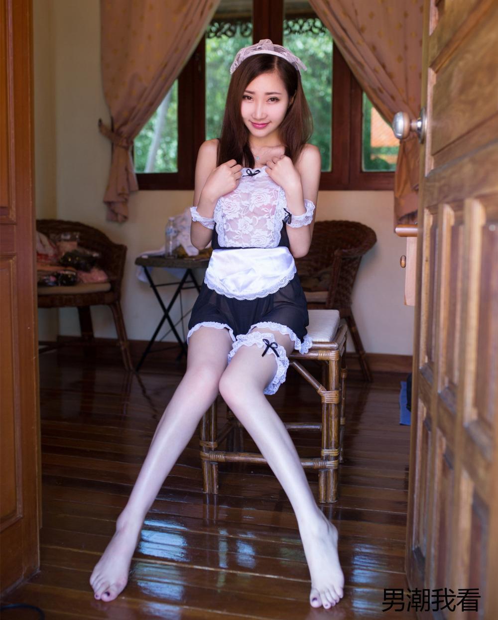 漂亮的黑白蕾丝连衣裙也比不上美女的妖娆身姿那么吸引眼球