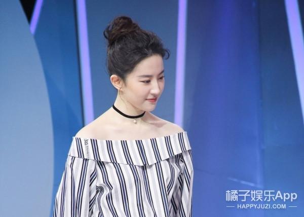 一字肩上衣收起来还太早, 看刘亦菲如何演绎的简单又时髦! 2