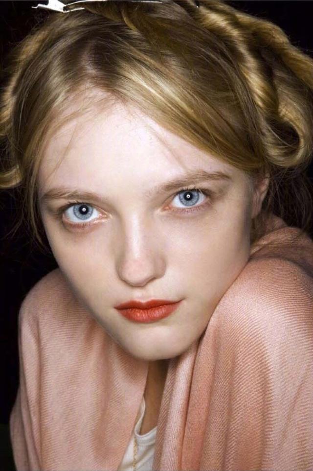 她可以说是仙女模特界的鼻祖了,真的是什么风格都能驾驭啊! 14