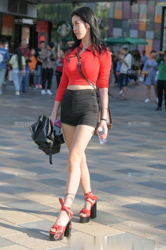 街拍: 热裤长腿美女