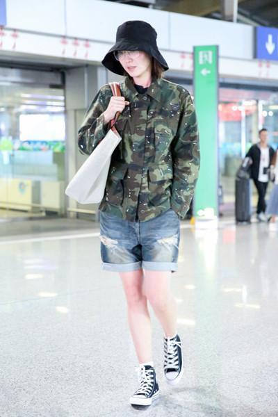 宋佳又来机场凹造型? 网友: 迷彩服真神奇, 穿好是潮, 穿差是民工