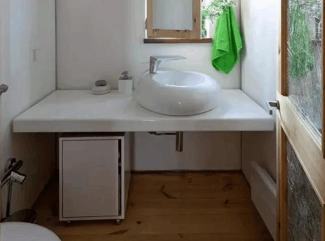去广东同事新房暖居, 看见卧室镜子正对床头, 觉得位置不太好