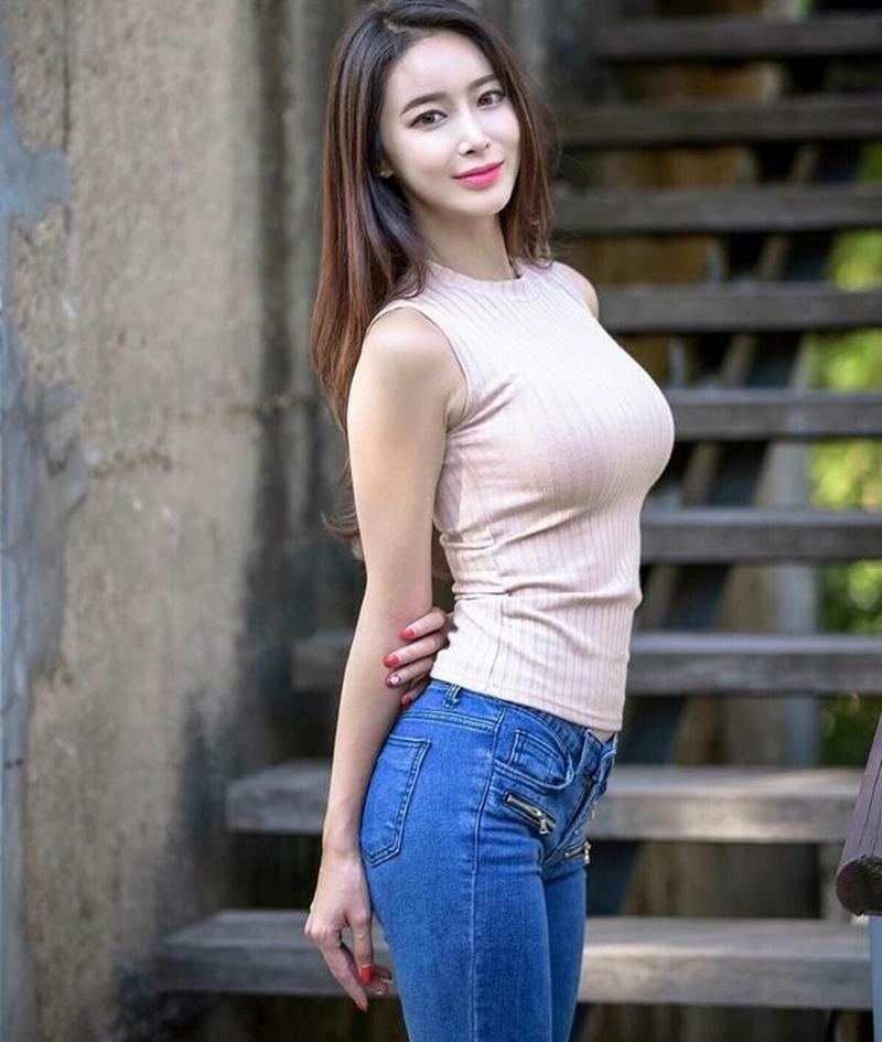紧身牛仔裤美女身材妖娆, 娉婷多姿, 她的魅力你挡得住吗?