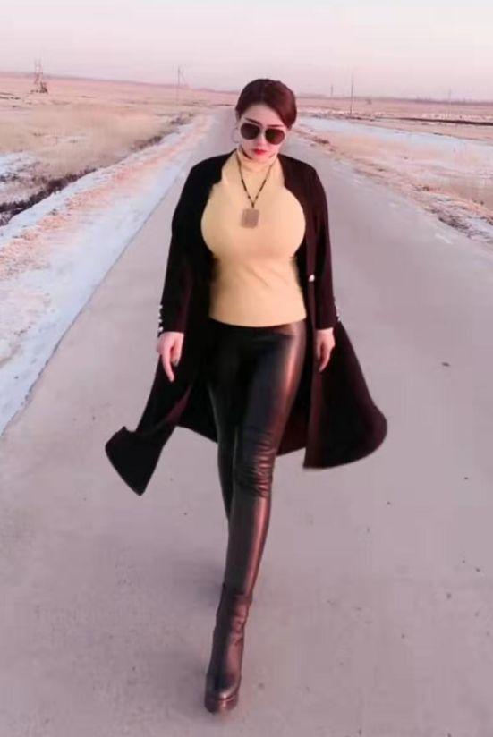 皮裤辣妈是真的不冷, 明明很冷不是吗?