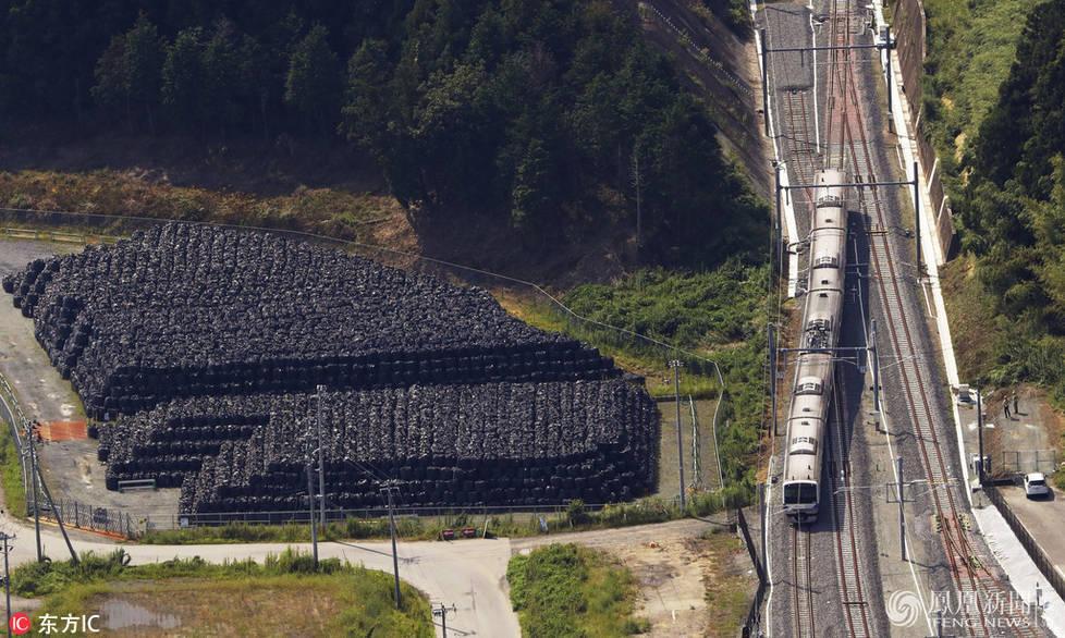 日本福岛铁轨旁堆满辐射垃圾