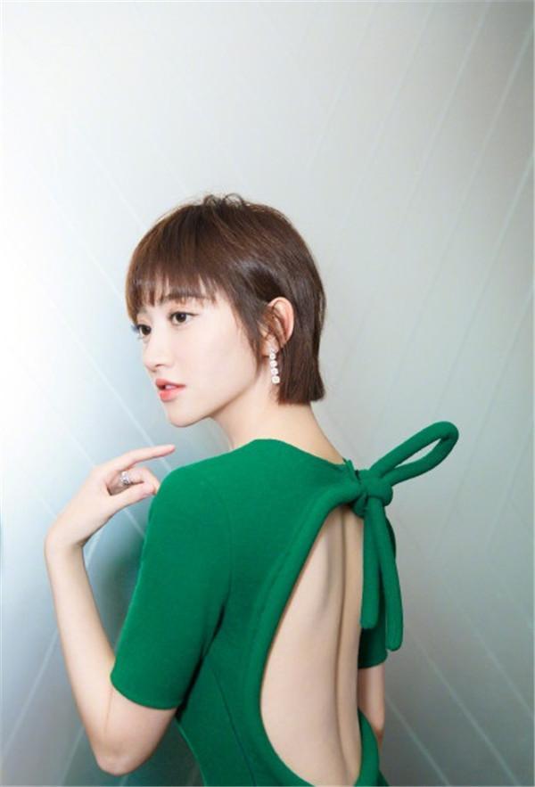 景甜绿色拖尾长裙出席显得超级老气, 转过来后背却满满惊喜