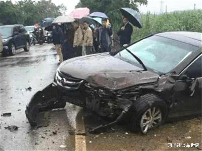 """""""公路坦克""""與漢蘭達相撞, 車損情況讓路人揪心, 這不對勁吧?-圖5"""