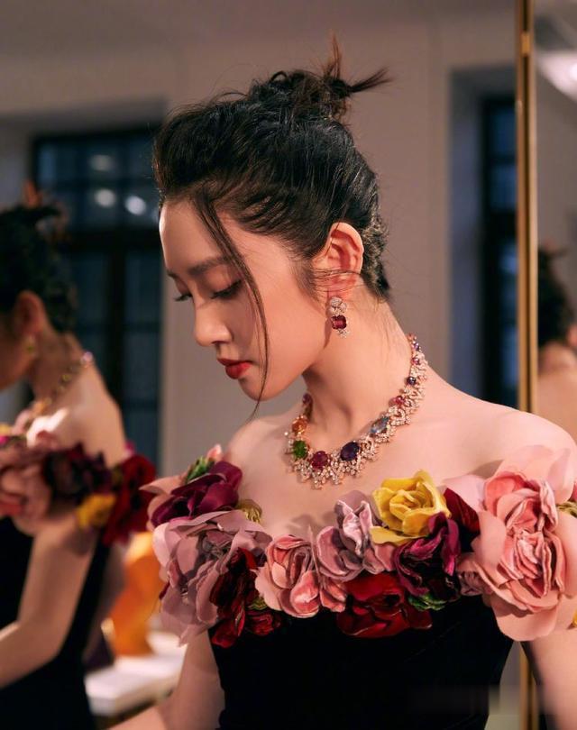 唐藝昕產後復出, 身著黑色連衣裙巧用花邊來點綴, 美得驚艷瞭時光-圖5