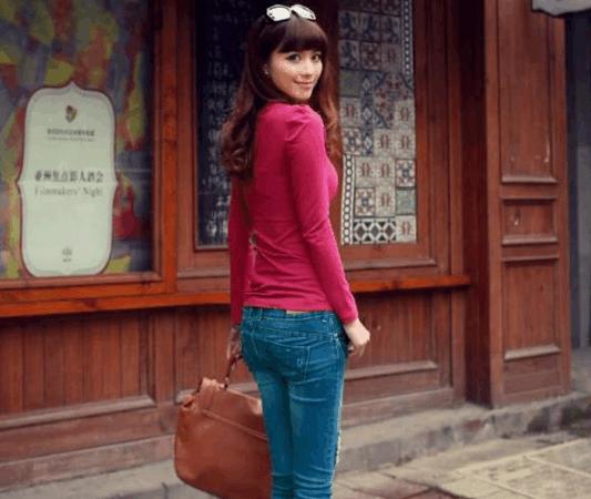 小姐姐身紧身牛仔裤秀出女性的洒脱, 很有丰富的层次感
