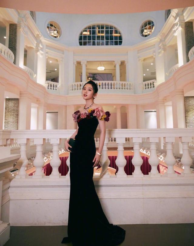 唐藝昕產後復出, 身著黑色連衣裙巧用花邊來點綴, 美得驚艷瞭時光-圖1