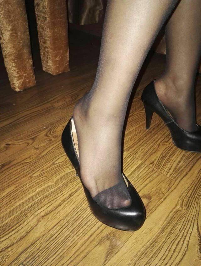 有质感的高跟鞋很有必要, 大家的目光也在不经意间跟着它走 7
