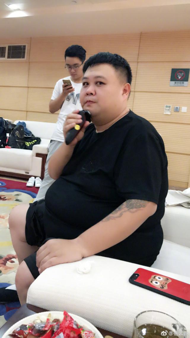嶽雲鵬搭檔孫越現身醫院, 獨自一人做手術, 穿短袖露出大花臂-圖11
