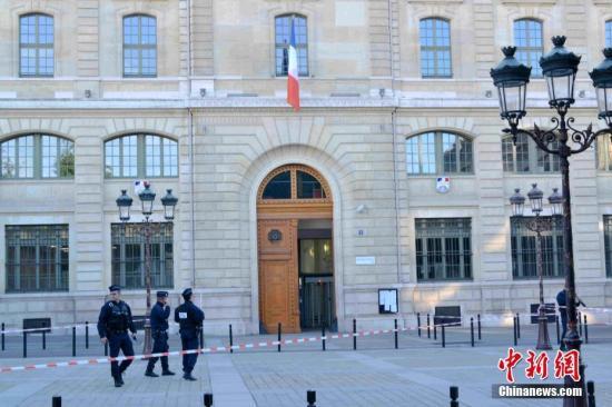 法國巴黎近郊一名教師遭斬首 嫌犯被擊斃反恐調查啟動-圖1