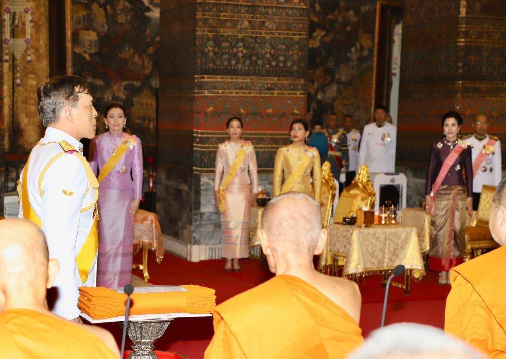 泰國被廢王妃出獄後首次公開露面,優雅大方全程低調,與王後同行無交流-圖1