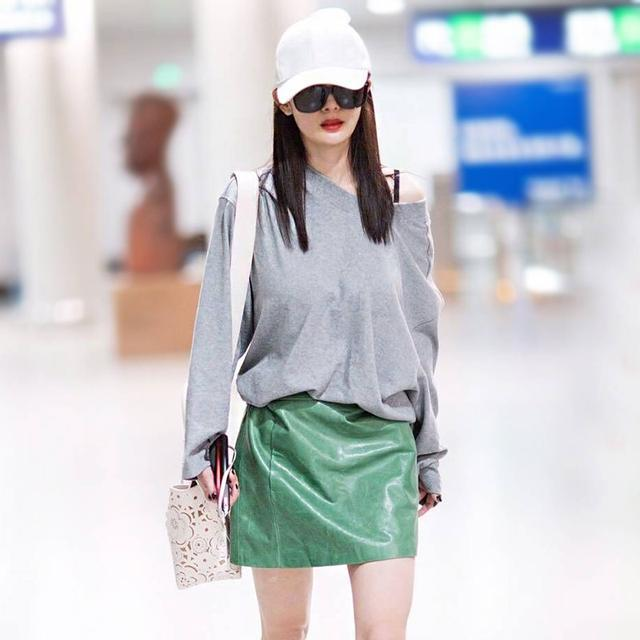 女人最好不要打底裤配大衣, 学学刘涛这样穿, 光背影就美翻了