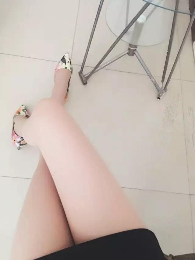 花色高跟鞋搭配丝袜, 真美!