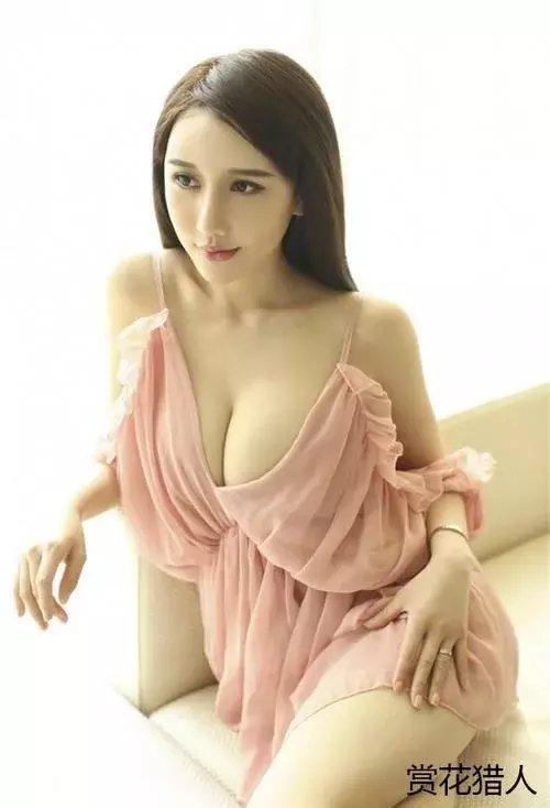 漂亮的小姐姐穿一身粉色薄纱连衣裙 网友: 这是窗帘布做的?