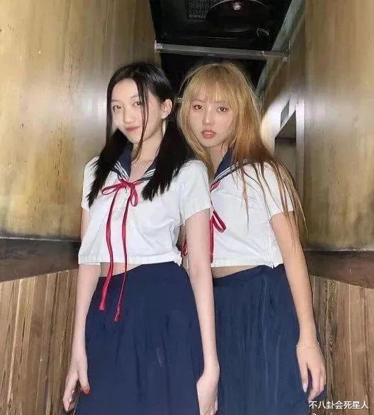 王菲女兒李嫣穿JK服, 14歲早熟露腰, 一個細節暴露她的不自信-圖1