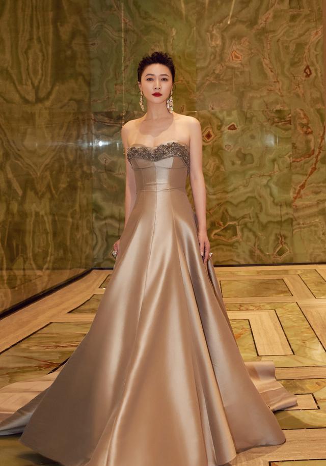 田海蓉的身材40+女人裡少有, 穿抹胸裙亮相華鼎獎, 側身真顯曲線-圖3