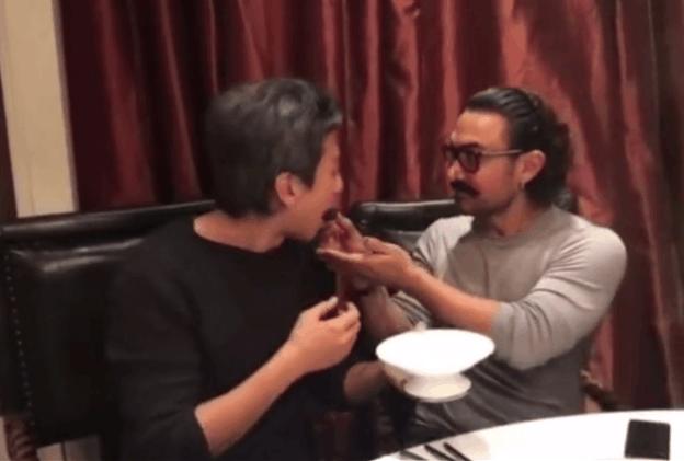 邓超与阿米尔汗吃皮蛋辣眼睛, 网友却因这件事笑邓超傻