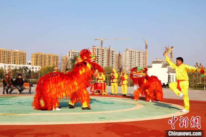 河北平乡农民舞狮队公益演出10年 只为传承文化