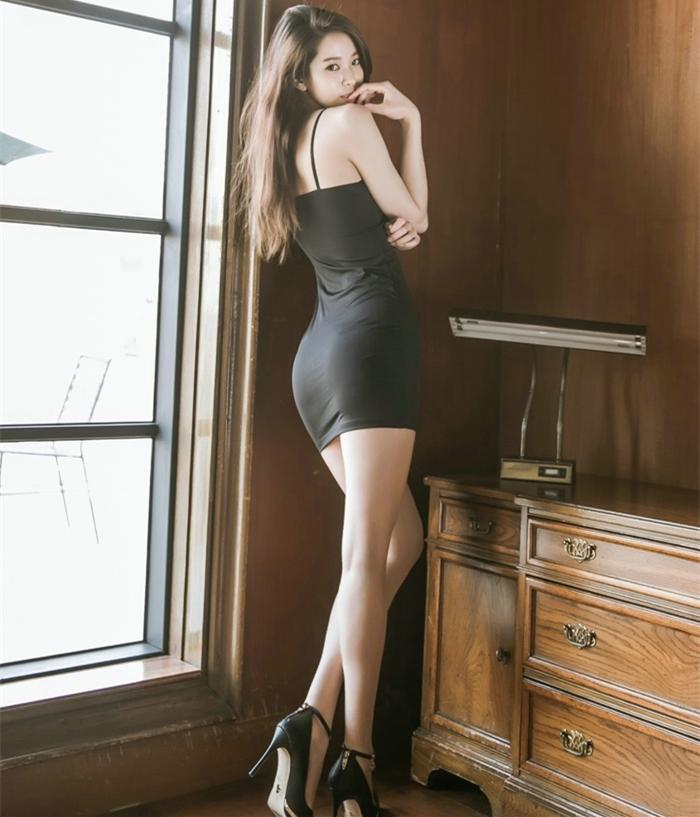 黑色的吊带裙总是神秘, 给人一种无尽的诱惑