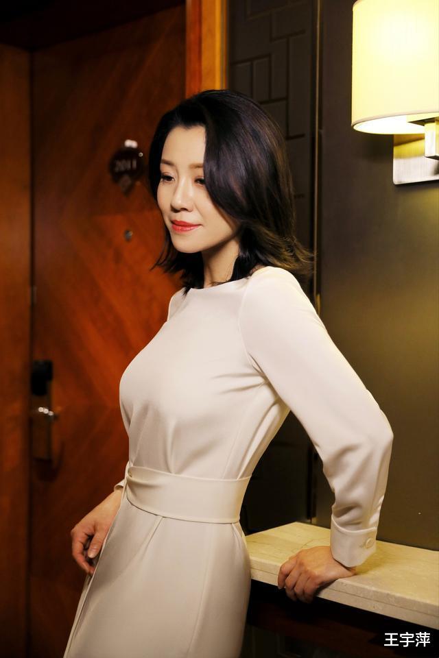 她26歲獲封影後, 半生演配角卻個個經典, 如今46歲優雅如菊-圖2