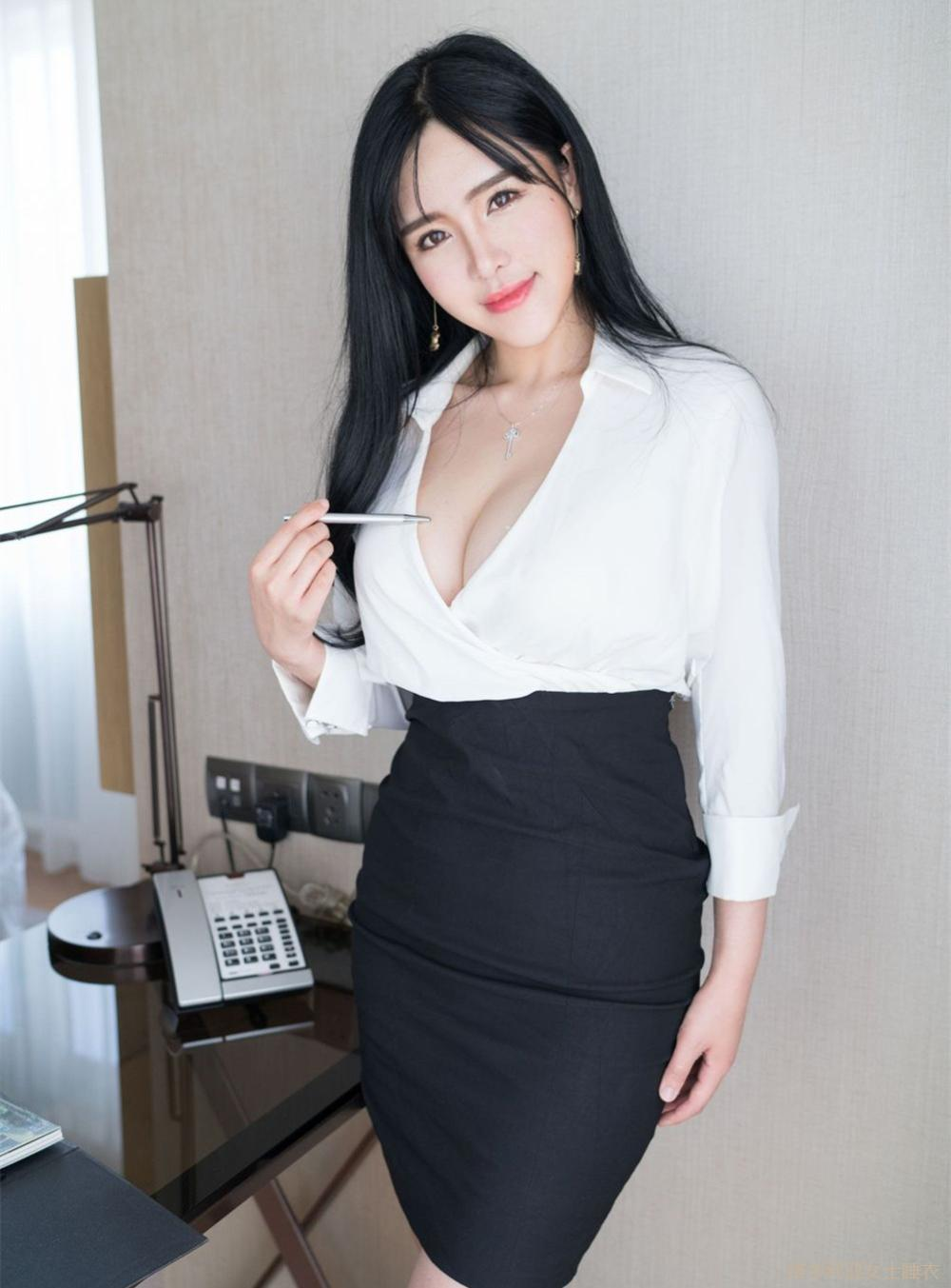 丰腴身材的女秘书穿高腰包臀裙尽显妩媚感, 老板特别赏识 2